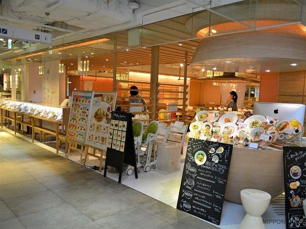 Оригинальная дизайнерская подставка под муляжи делает фасад кафе стильным и отстраивает заведение от конкурентов ресторанного дворика.