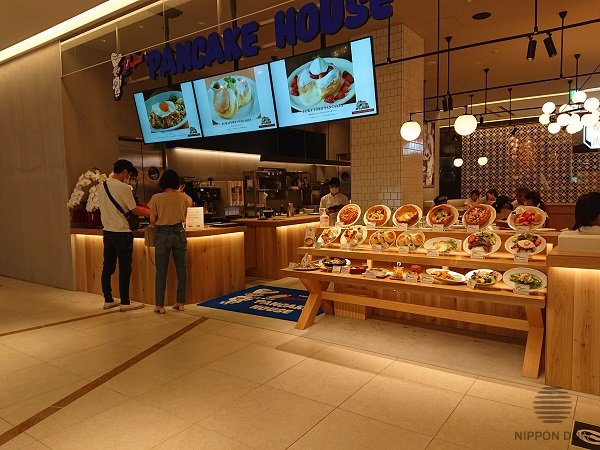 Big photos of the best-selling desserts over the cafe entrance catch attention of the food hall visitors in the mall.