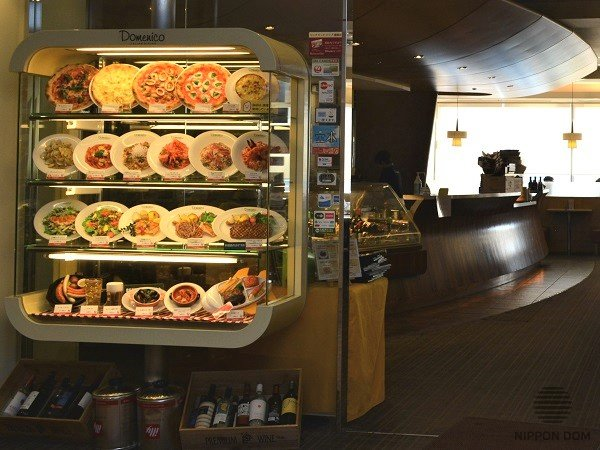 Food models in display window are located in groups: this way the display window looks structured, and it makes it easier for visitors to find a necessary dish.