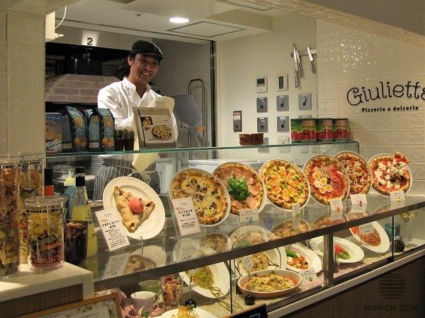 Особой популярностью пользуются пиццерии, где любой посетитель может понаблюдать за работой пиццайоло.