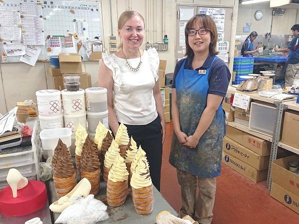 Ирина Миронова с мастером десертов в цеху одной из фабрик холдинга «Ивасаки»
