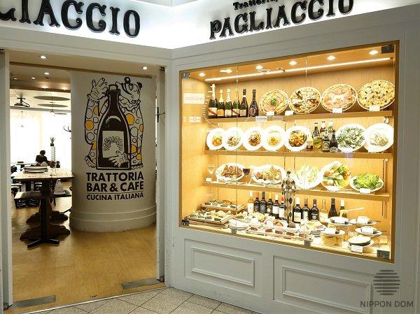 Оформление меню на демонстрационной витрине с помощью муляжей еды и напитков, которые можно заказать в ресторане.
