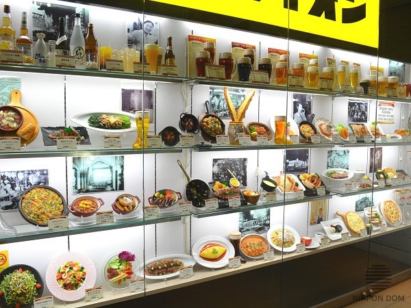 A bar display window, decorated with food and drinks models, increases number of new visitors to +40% on weekdays and to +60% at weekends.