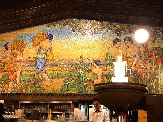The first fresco in Japan, made of glass mosaics, is the main decoration of the bar.