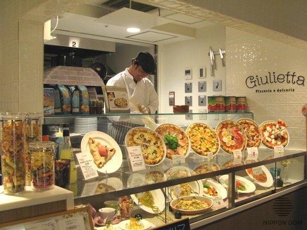 Муляжи пиццы, сделанные в натуральную величину, как две капли воды похожи на оригинал.