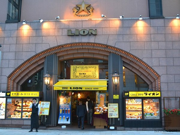 «Ginza Lion» bar display window has become a landmark of Tokyo's main street decades ago.