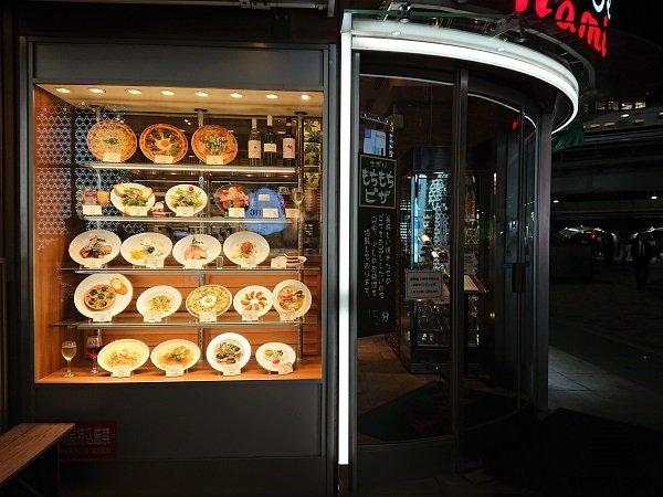 Муляжи блюд на витрине знакомят посетителей с ассортиментом блюд, размером порций и ценами. Это значительно упрощает выбор заказа, и сокращает время обслуживания.