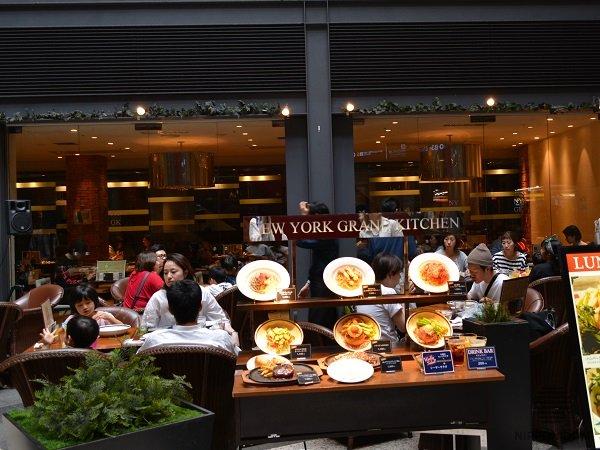 Выносная витрина-бокс с муляжами блюд выставлена за пределы зоны с летними столиками.