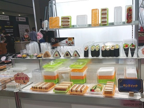 Disposable dishes manufacturer uses food models to demonstrate capacity of plastic boxes.