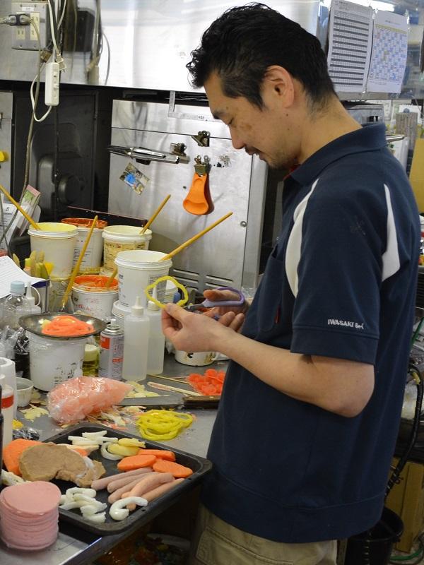 Подготовка деталей будущей модели блюда к нанесению цветов и оттенков.