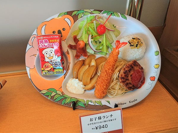 Plates with food models are put at an angle of 45-60 degrees, so that visitors could see the assortment better.