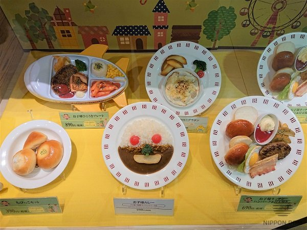 The most favorite kids colors are used to decorate display window with food models: yellow, orange, pink.
