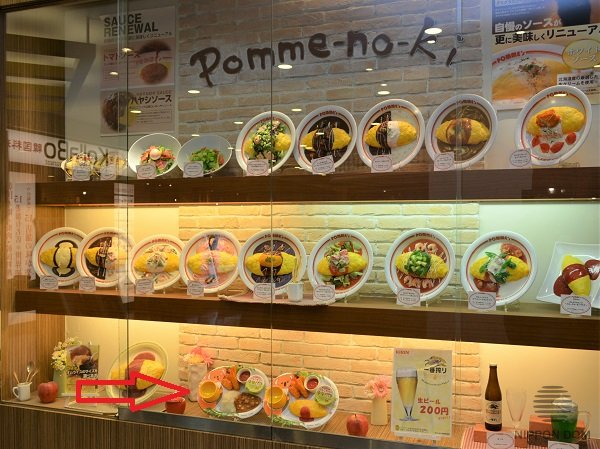 Kids menu items are located on lower shelves, to be visible even for the youngest visitors.