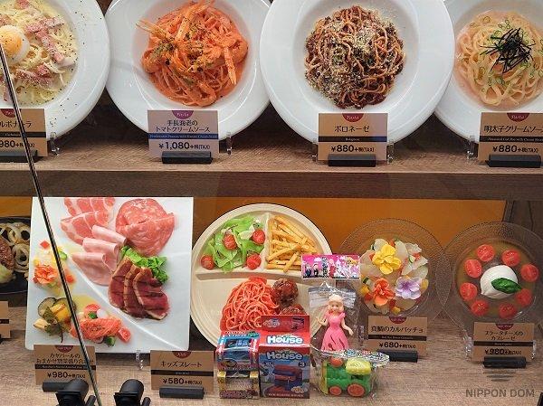 Если детское блюдо не имеет отличий от взрослых блюд ресторана игрушки также помогут привлечь внимание детей к витрине.