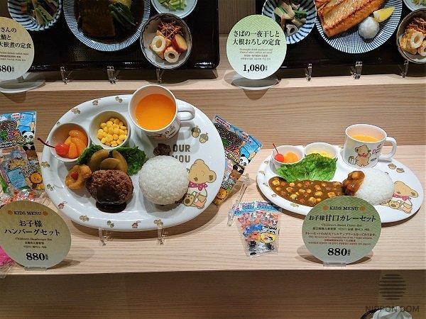 Наклон тарелок с муляжами имеет важное значение. Для лучшего обозрения блюда он должен быть 45-60 градусов.