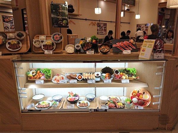Тарелка с детским меню должна быть самым привлекательным элементом среди муляжей блюд, расположенных на нижней полке витрины.