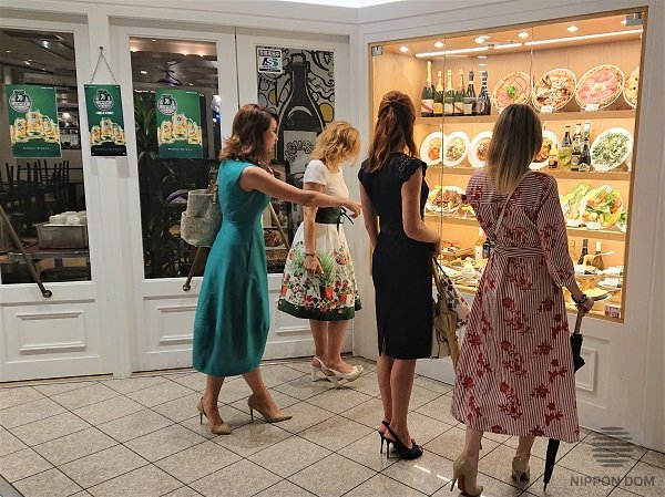 According to Japanese marketing specialists' statistics, models of food and drinks in a display window increase number of restaurant visitors to 40-60% from the day one.