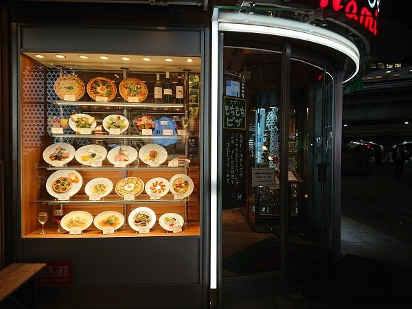 Due to their cost-effectiveness and efficiency, display windows with food models became the most popular type of advertising catering for facilities in Japan.