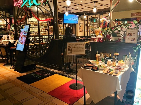 In conditions of limited space, some restaurants replace display window with a table and decorate it with the most popular menu items.