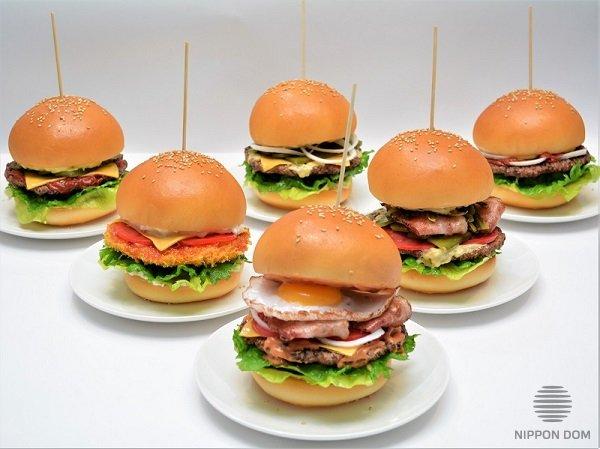 """Муляжи бургеров, сделанные компанией """"Nippon Dom"""" по фотографиям, для кафе в Южно-Сахалинске."""