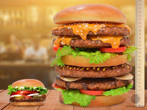 Муляж бургера в 20-кратном размере. Диаметр 24 см, высота 27 см.