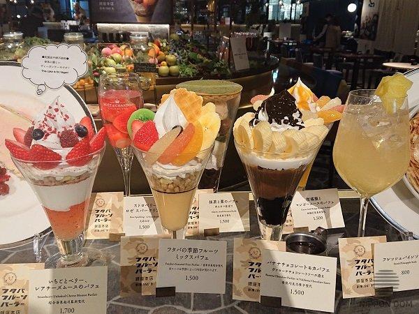 Для того чтобы посетителю было удобно выбирать заказ, муляжи десертов расположены на витрине группой.