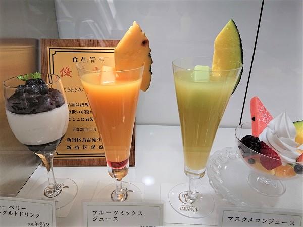 Внешне муляж выглядит копией напитка, который подают посетителю ресторана или кафе на стол.