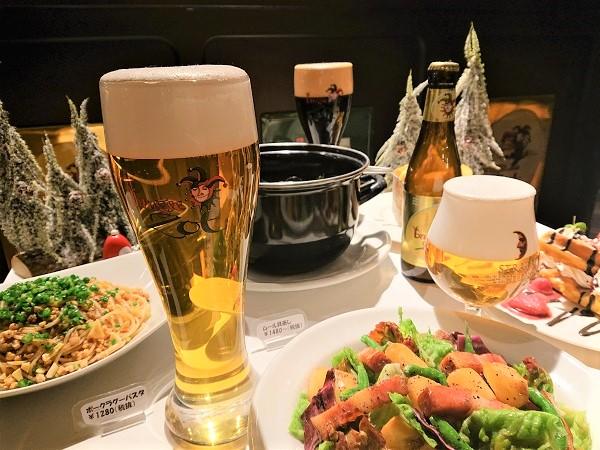 Муляж свежего пива с пышной пеной, выставленный на сервированный муляжами блюд стол-витрину, увеличивает продажи пива и, соответственно, средний чек.