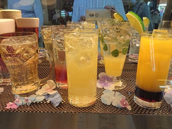 Восхитительные муляжи свежих прохладительных напитков увеличивают продажи напитков в жаркие летние дни.