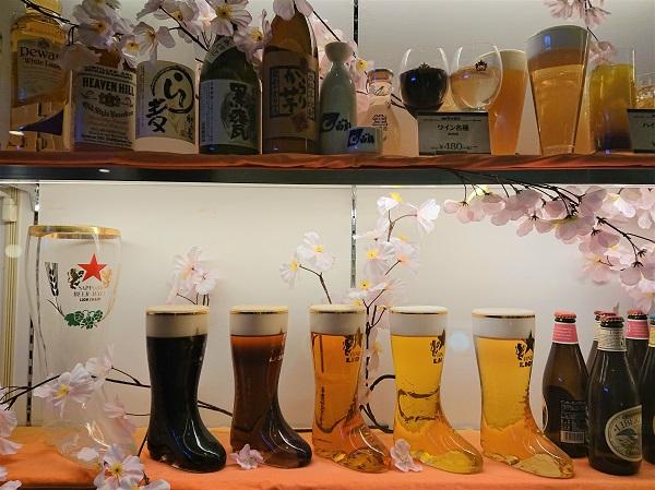 Муляжи пива в оригинальных бокалах украшают витрину, привлекают внимание прохожих, а также, демонстрируют весь ассортимент пива.