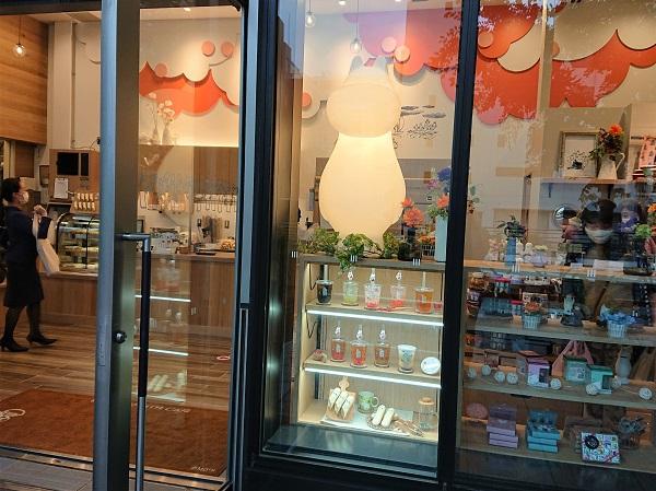Неудачное размещение муляжей: витрина с муляжами частично перекрыта входной дверью, что снижает эффективность использования муляжей.