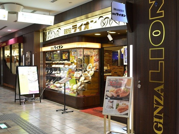 «Ginza Lion» bar in Shibuya ward – a popular place among young people – is a perfect bar to chat and have a delicious meal.