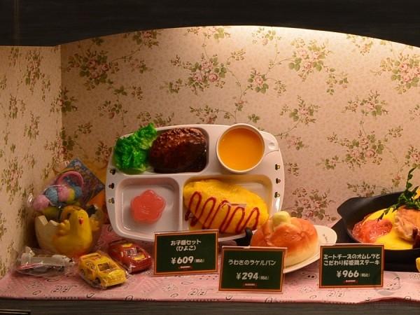 Подарок в виде небольшой игрушки для каждой порции детского меню также является для ребенка дополнительным стимулом посещения ресторана.