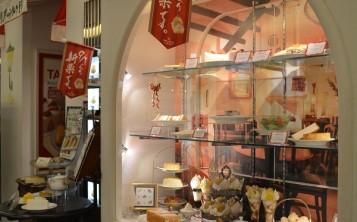 Дизайн кафе с муляжами десертов издалека привлекает внимание прохожих