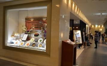 Витрина с муляжами блюд является оригинальным дизайном меню ресторана