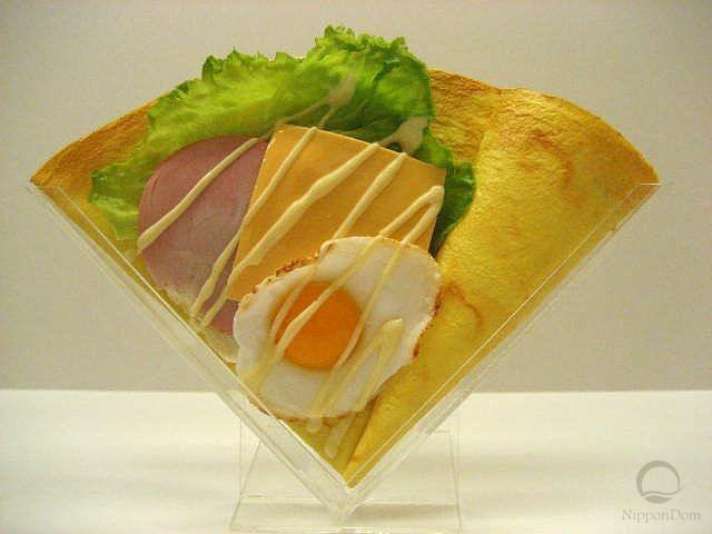 Жареное яйцо c ветчиной и сыром