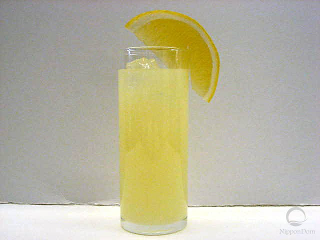 Грейпфрутовый сок, украшенный лимоном