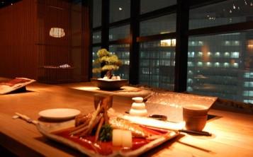 С интерьером японского ресторана сочетаются оформление стола и блюд
