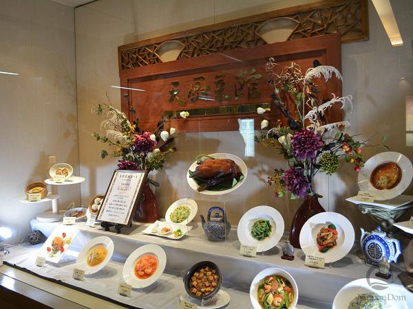 Аппетитные муляжи в витрине - точные копии блюд меню ресторана