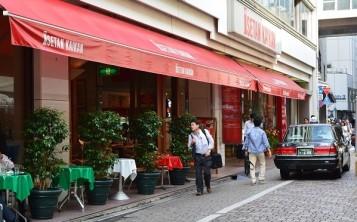 Красный цвет фасада кафе издалека привлекает взгляды прохожих