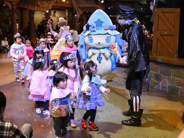Малыши с радостью принимают участие в костюмированном шоу