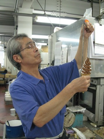 Craftsman responsible for ice cream checks conformance of dimensions to the actual dish