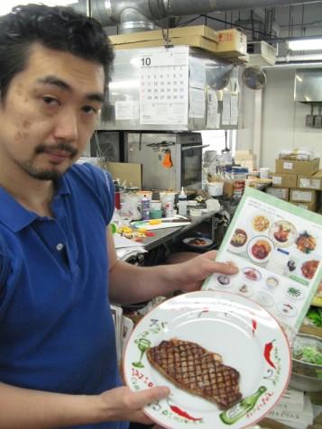 Старший мастер фабрики показывает муляж блюда, который делает по фотографии