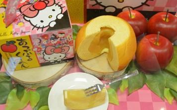Муляж яблочного десерта на тарелке выглядит как настоящий десерт