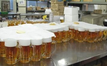 Муляжи бокалов пива с соблазнительной пеной невозможно отличить от настоящих