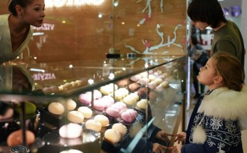 """Муляжи десертов """"Мотико"""" на витрине невозможно отличить от настоящих."""
