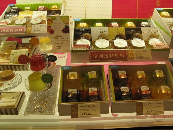 "Fruit jelly models, ""laid out"" on fancy dishes, look delicious and make customers want to buy the desserts for themselves, or as a present."