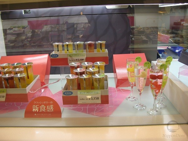 Models of fruit drinks in beautiful glasses demonstrate, how customers can serve the drinks to their families or guests.