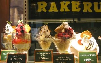 Муляжи мороженого выглядят так аппетитно, что невозможно пройти мимо