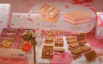 Муляжи оригинального печенья в витрине можно рассмотреть со всех сторон